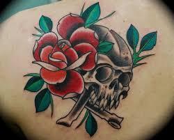 tatuajes de calaveras con flores